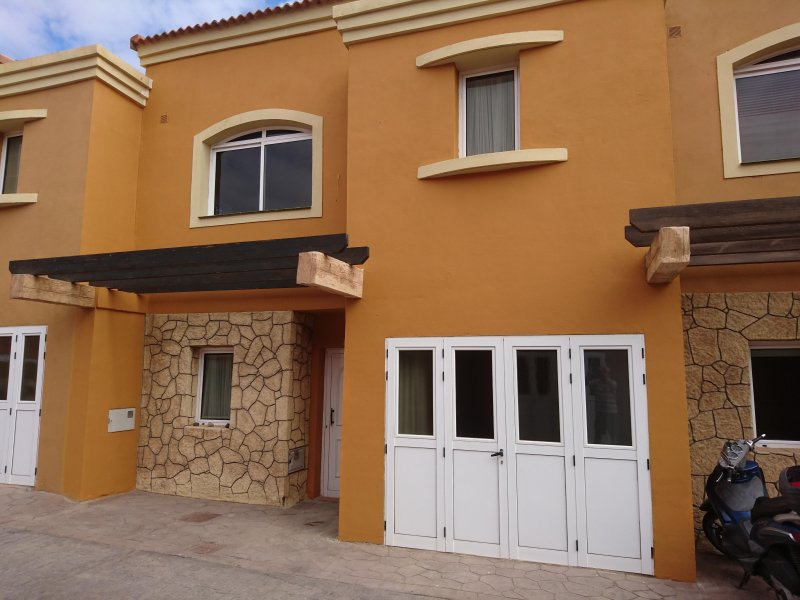 Casa Las Dunas 3 bed WiFi great pool complex, holiday rental in Corralejo