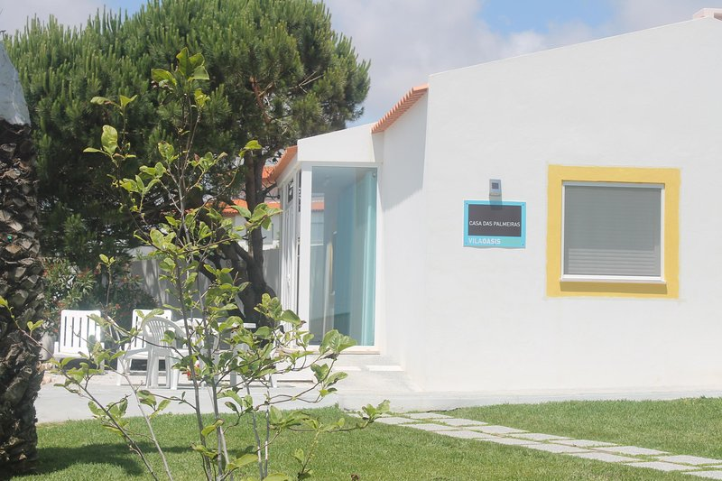 Family friendly cottage, quality, pool, beach, rustic, central location., location de vacances à Lourinha