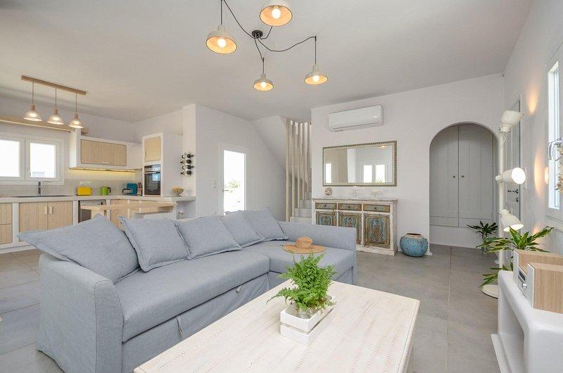 Seaside Naxos • Villa Aetheria • 4 BDR Villa with Private Pool at Plaka Beach, aluguéis de temporada em Naxos