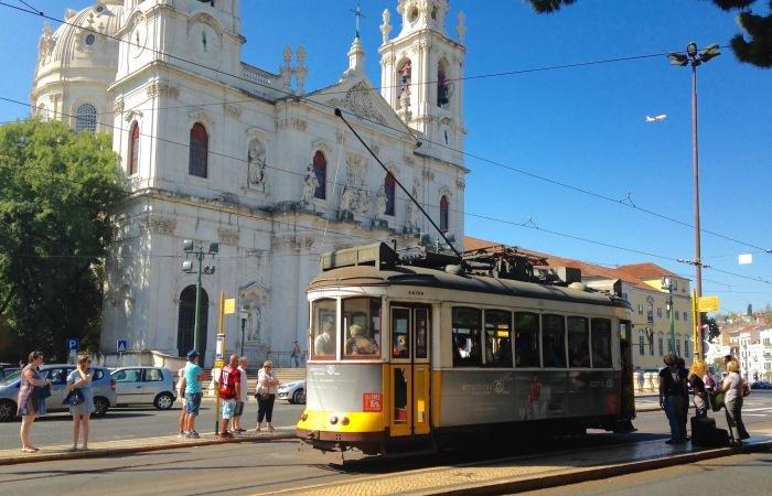 Basilique au bout de la rue avec le tram historique 28