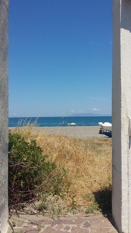 Puerta a la orilla del mar