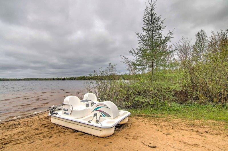 Utilizzare la canoa e pedalò sulle acque del lago scintillanti.