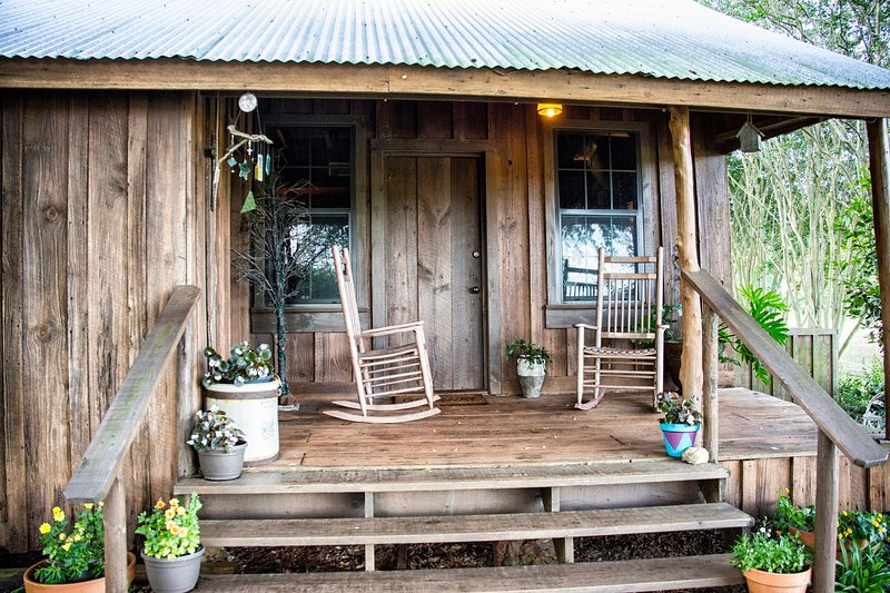 Built in 1865, a stay at Gus's Place will transport you to a different time., holiday rental in Nacogdoches
