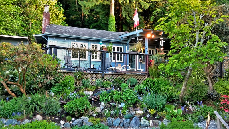 Ocean View Character Cottage Near Vancouver, vakantiewoning in Roberts Creek