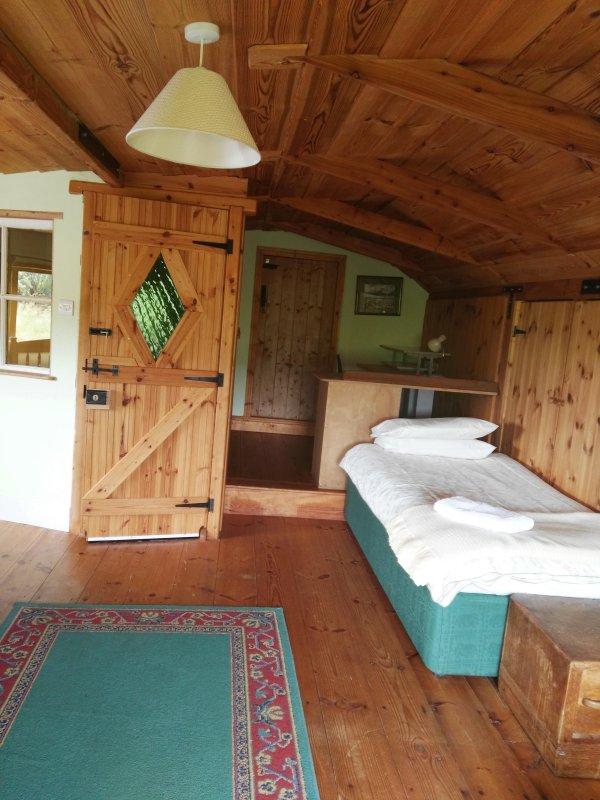 Slaapkamer 4, lezen en schrijven bureau in bovenverdieping familiekamer.