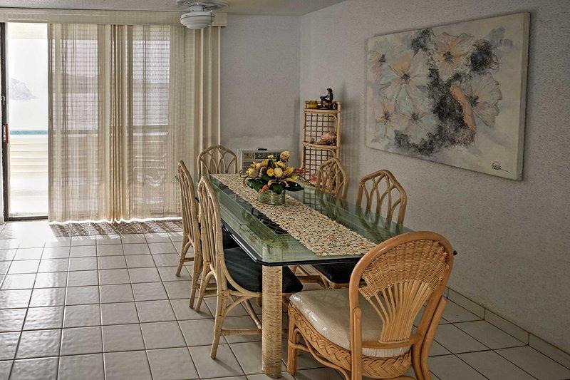 Detta glas-toppade bordet är perfekt för att äta hemma.