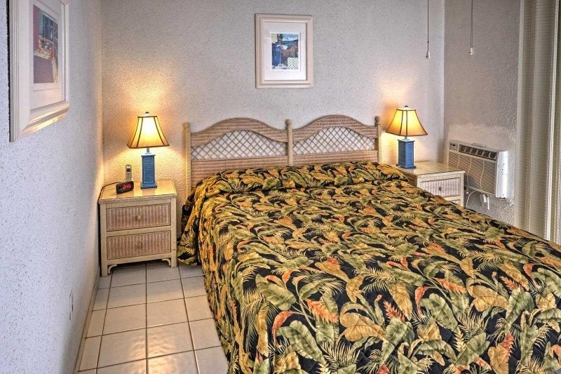 Det första sovrummet har en queen size-säng.