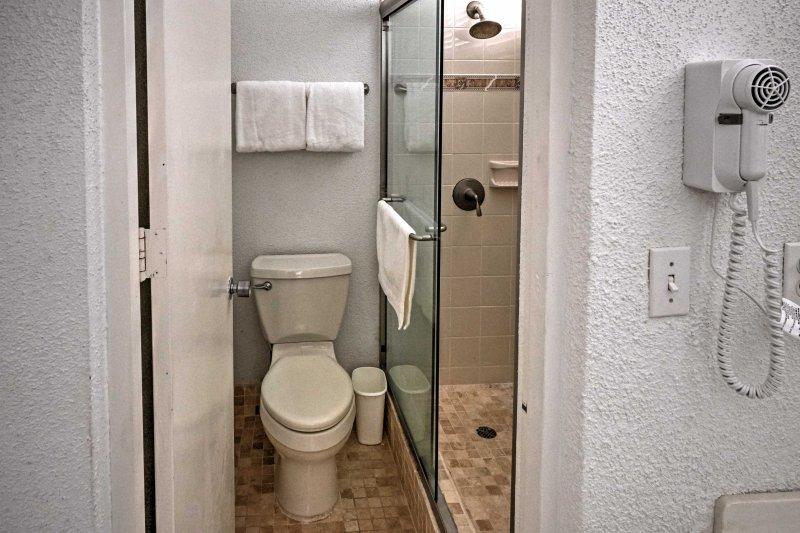 Gå in i duschkabinen för en snabb sköljning.