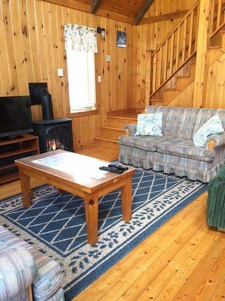 sala de estar casa de campo Pine com escadas para dominar BR