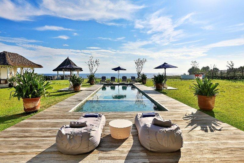 Der atemberaubende Pool und Liegebereich in der Villa Putih Blick geradeaus auf den Indischen Ozean.