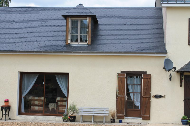 La Cerniére, Le Verger, 2 Bedroom Gite with  Shared Pool, holiday rental in Savigne-sous-le-Lude