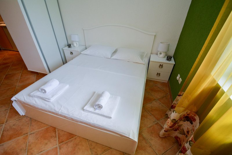 Studio apartment ideal for two person, holiday rental in Njegusi