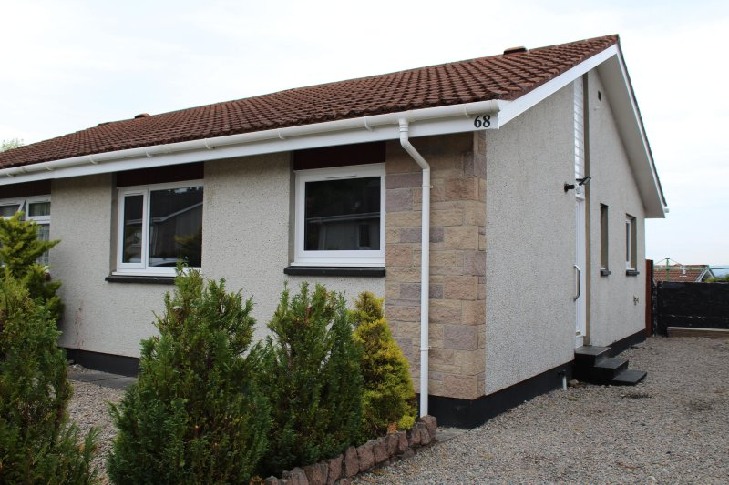 Modern two bedroom bungalow with views of city, holiday rental in Tore
