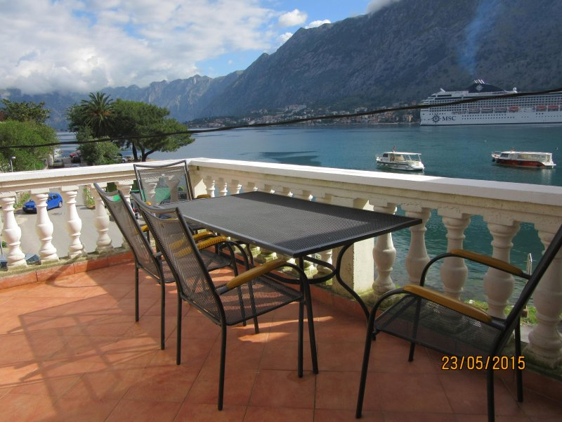 FarAwayVillas Kotor virus free 3 bed apartment next to fjord, sea & mountains, vakantiewoning in Gemeente Kotor