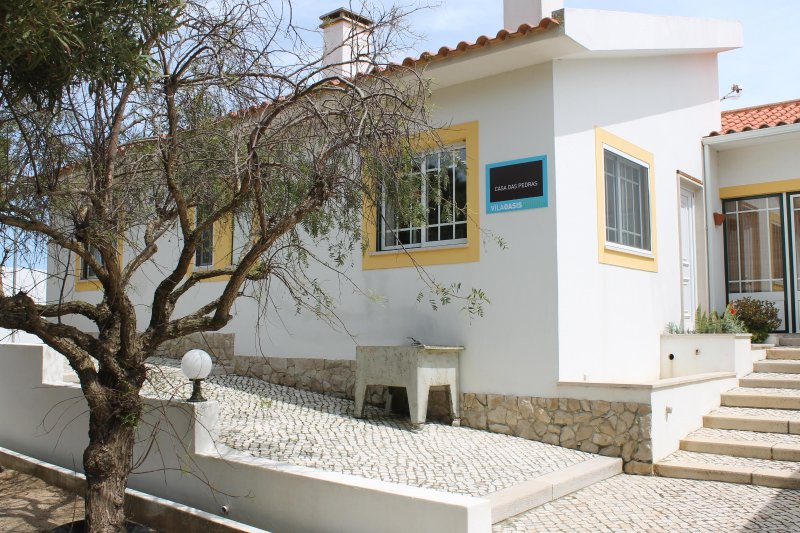 Modern cottage, pool, beach, ideal for families, rustic, central location., location de vacances à Lourinha