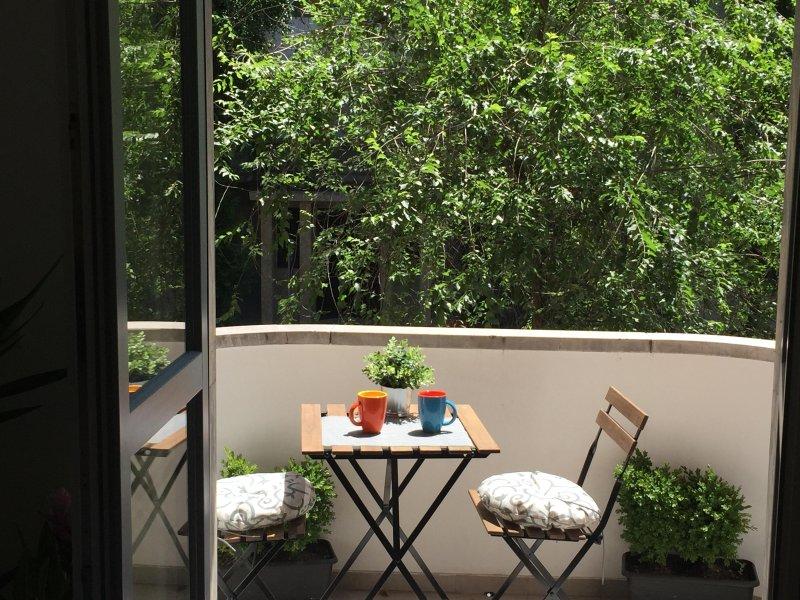 Balkon mit gemütlichem Tisch - balcone e tavolini