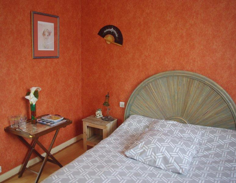 Une chambre acceuillante dans une maison située à 600 mètres du Port St Goustan, location de vacances à Plougoumelen