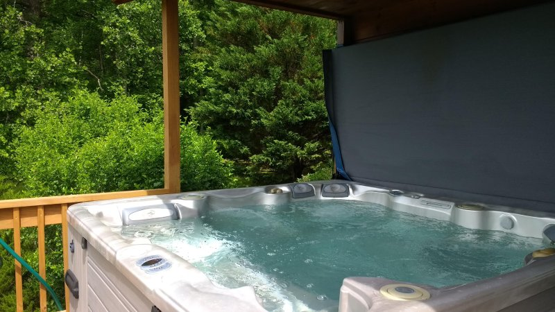 Therapeutic luxury  hot tub with 54 jets. We drain,clean and re-fill the hot tub every reservation