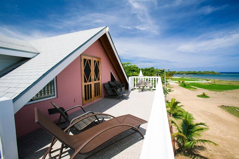 Beach Front Home, 4 Bed/4 Bath/King Bed Loft for Diving, Snorkeling and Relaxing, aluguéis de temporada em Sandy Bay