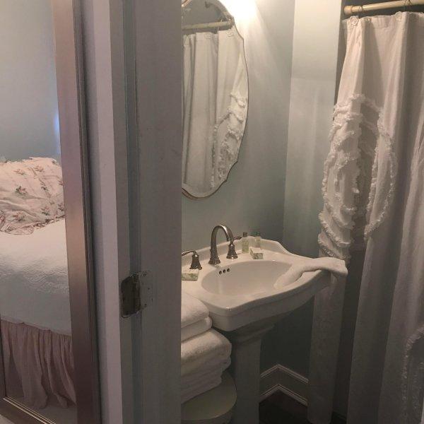 habitación pequeña casa de huéspedes -Segunda con cama de matrimonio y baño;