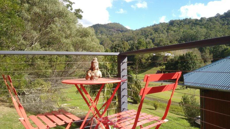 Vue depuis votre pont avant, sur le ruisseau à proximité, la vallée, la maison aux chevaux et tant d'oiseaux.