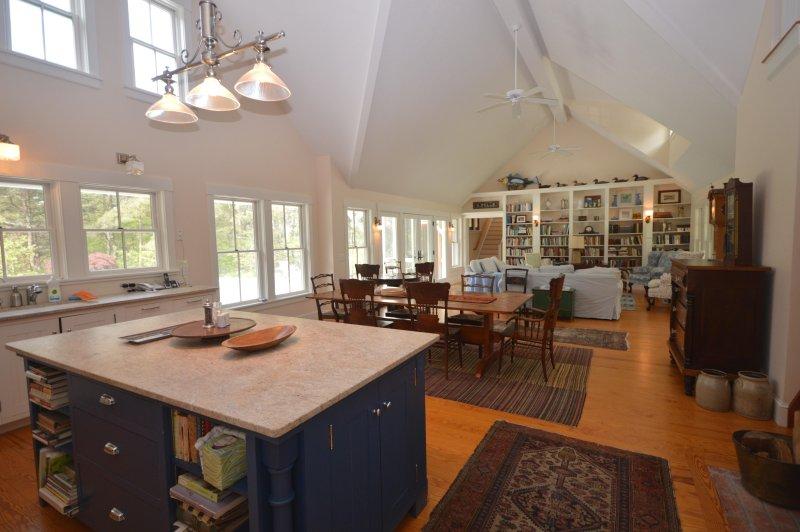 Stor Center Island och utsikt över öppen matsal / vardagsrum med reglagen till däck och pool