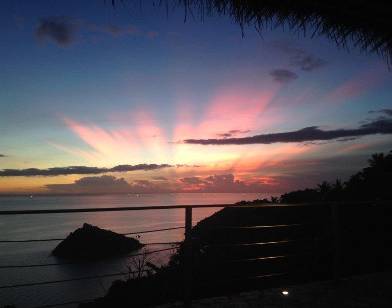 Hermosa puesta de sol, disfrutar desde la terraza, con Koh Nang Yuan en el fondo