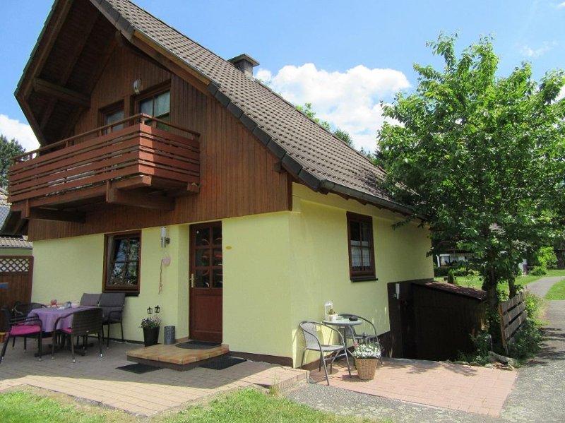 Charmantes Ferienhaus mit Seeblick für 8 Personen, holiday rental in Schwarzenborn