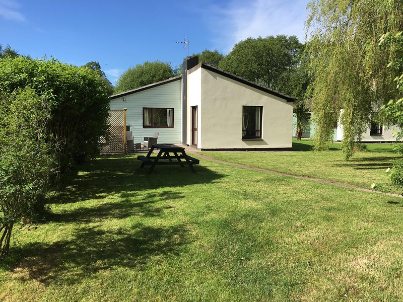 Idyllic cottage in park in countryside with pool, location de vacances à Saltash