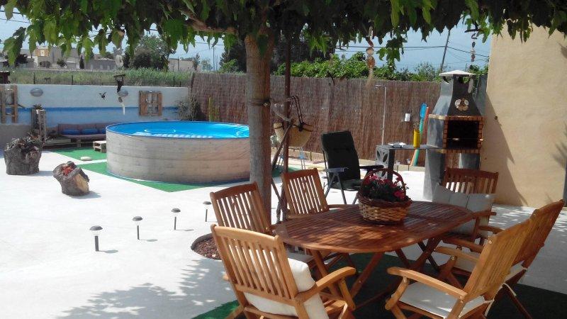 terraza con barbacoa, piscina,zona chill out y mobiliario de exterior