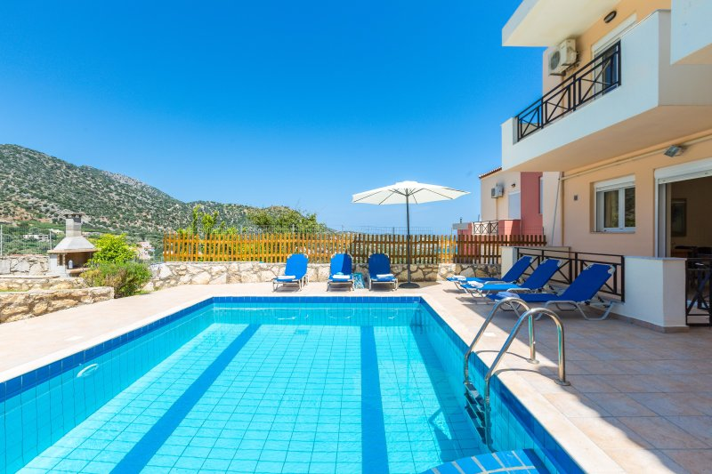 VILLA NIKOLAS WITH PRIVATE POOL AND SEAVIEW, holiday rental in Axos