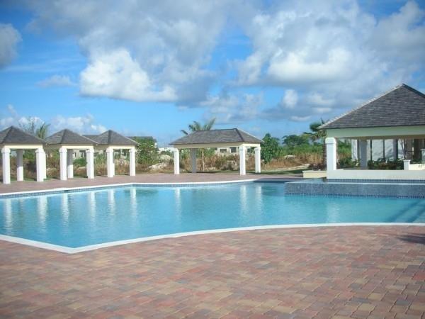 2 piscinas comunitarias (adultos y para niños)