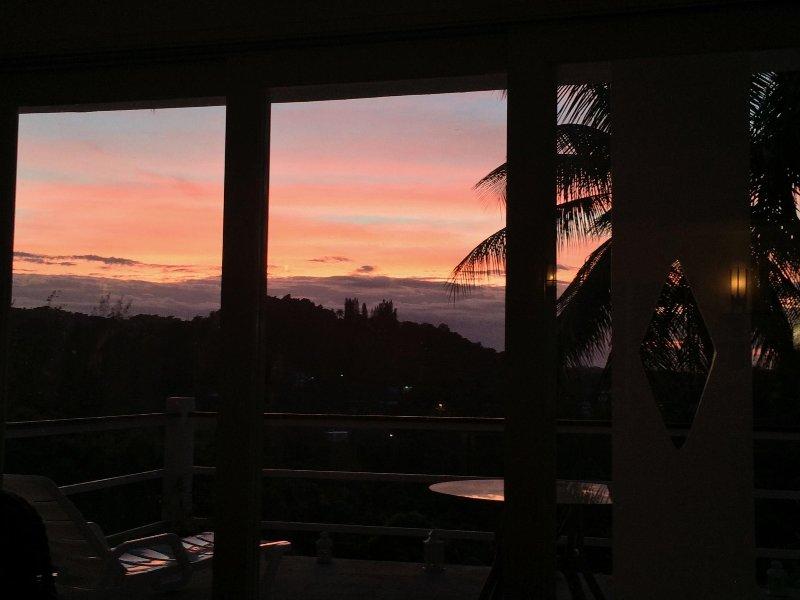 Apprécié chaque soir Couchers de soleil de notre salon ou d'une terrasse!