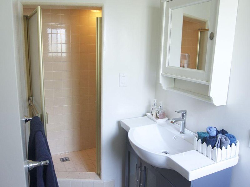 douche plafond bas, nouvel évier. Nous offrons le lavage du corps, shampoing, revitalisant, sèche-cheveux, etc.