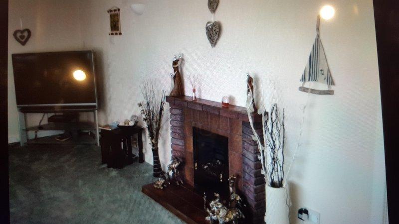 Salón con TV, reproductor de DVD y DVD, fuego, equipo de música, vistas al mar, Cheshire y la alfombra