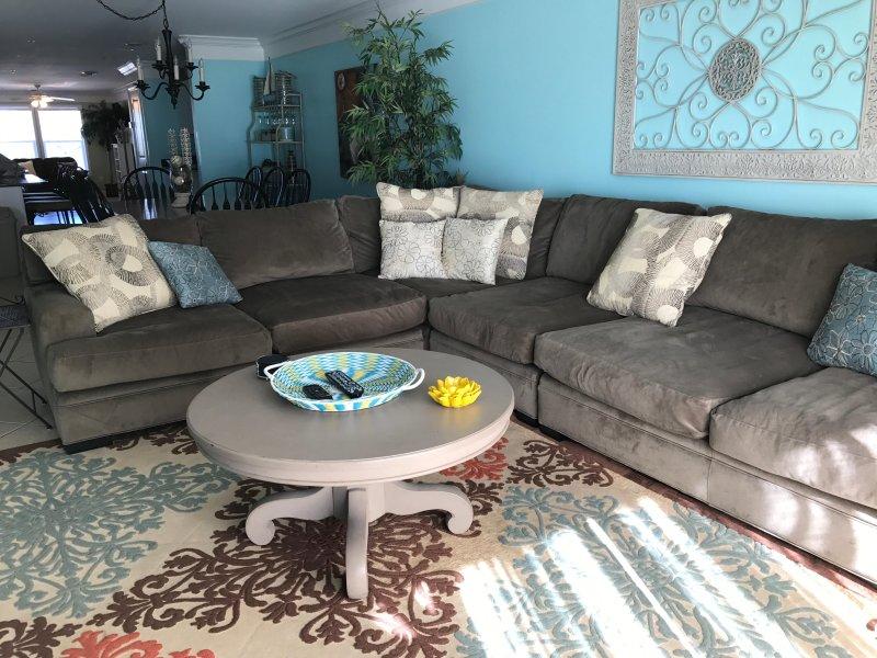 divano componibile di grandi dimensioni in camera familiare