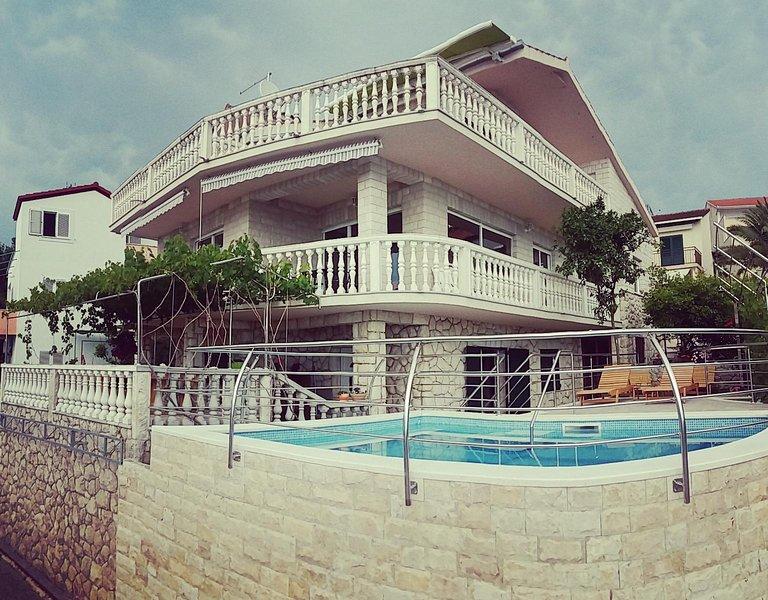Stone house with pool Villa Anita, aluguéis de temporada em Okrug Donji