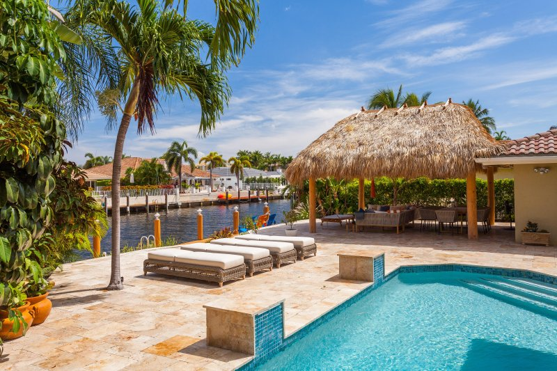Luxury 2-story Waterfront Home With Heated Pool And Tiki Hut!, location de vacances à Lighthouse Point