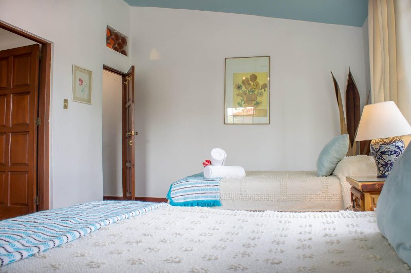 Walk-in perchas del armario eith, mantas, plancha y tabla de planchar. Walk-in closet. Ganchos, plancha, b
