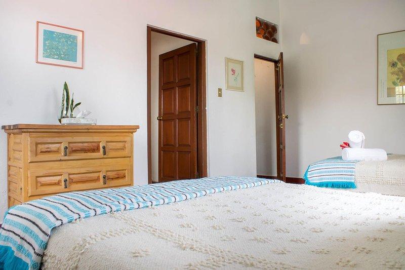 Armario: ventilador, perchas, mantas, plancha y tabla de planchar / armario: ventilador, ganchos, planchayburro, Cobi