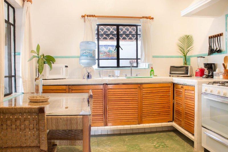 Horno t estufa, refrigerador, microondas, cafetera, licuadora, todtadora, platos, vasos, tazas,copas