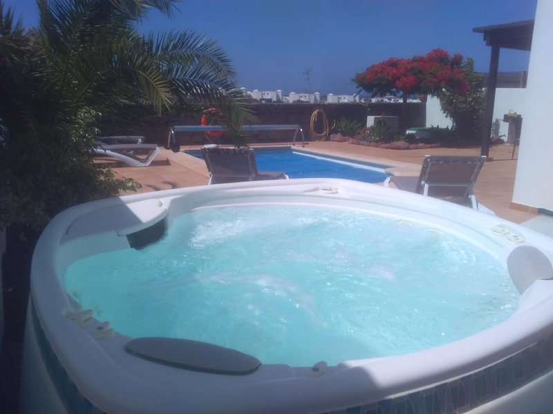 Casa Latino, Two Bedroom, Heated Pool, Jacuzzi, Sea Views, vacation rental in Playa Blanca