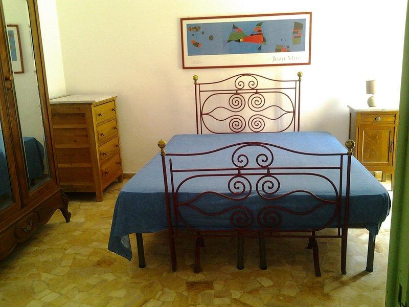 dormitorio doble con puertas que dan a la terraza
