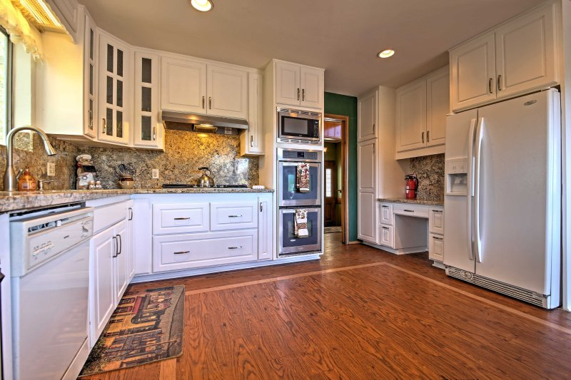 Prepare tasty meals for your loved ones in the fully equipped kitchen.