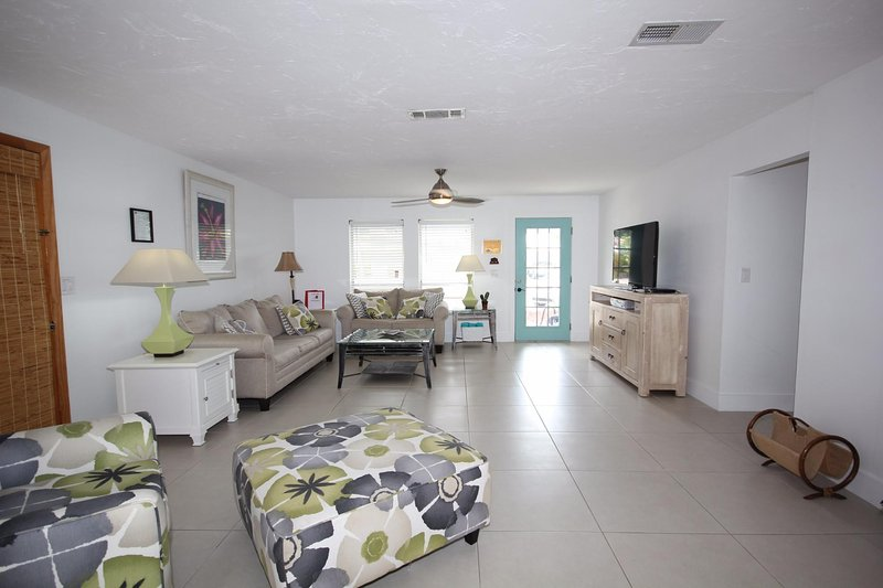 Poinciana, pet friendly no steps 4 min walk/ one block and half to beach, holiday rental in Fort Myers Beach