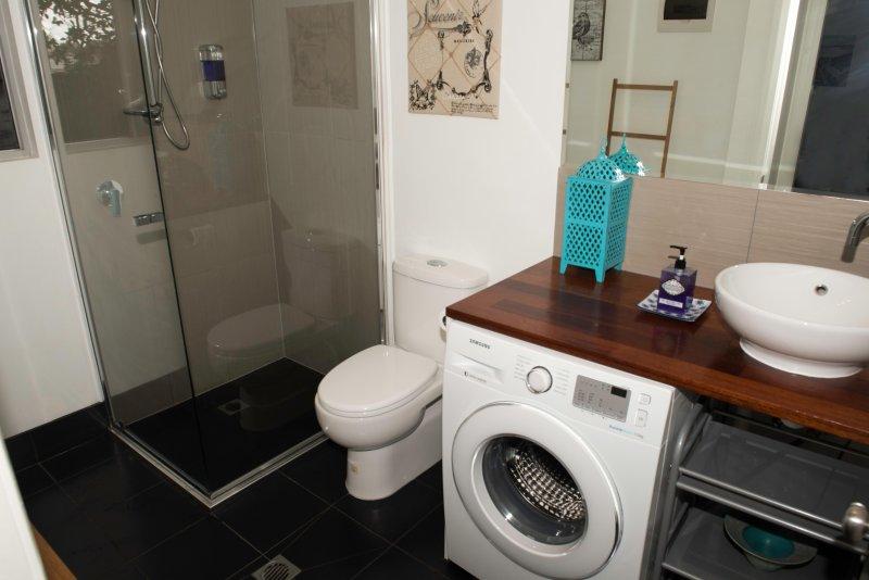 Frameless shower recess, washing machine, quality fittings