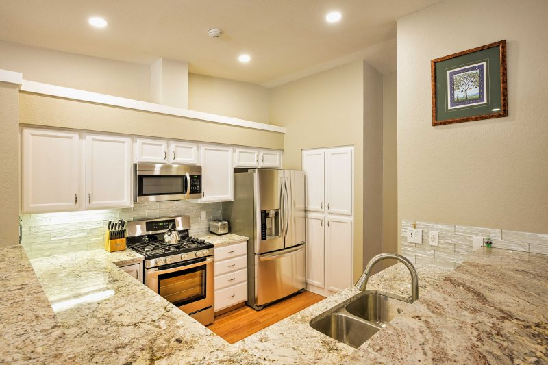 Cooking for 8 is effortless in this fully equipped kitchen.