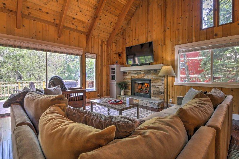 ¡Reserve su escapada en Lake Arrowhead a esta casa rústica pero pulida!