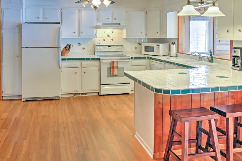 The fully equipped kitchen makes preparing home-cooked meals easy!