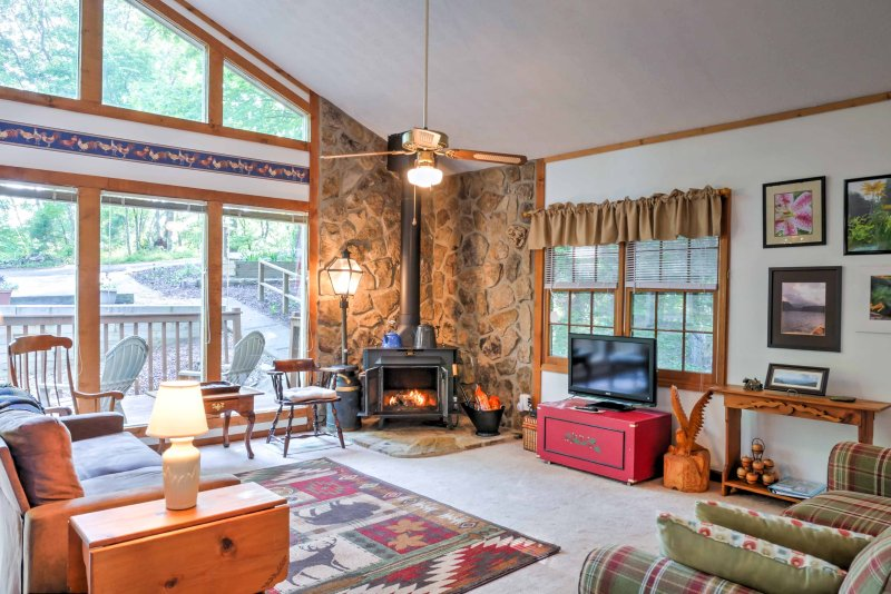 Relax in the inviting living space a wood-burning stove & flat-screen cable TV.